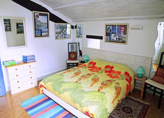 Le Lézard Bleu chambre Mykonos lit et commode
