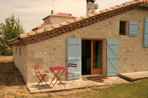 Le Lézard Bleu porte fenêtre et table bistro